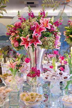 Wedding Event Ideas, Tips and DIY Planning Checklist Pink Wedding Decorations, Wedding Table Centerpieces, Table Decorations, Floral Wedding, Wedding Flowers, Minimalist Wedding Decor, Romantic Wedding Receptions, Event Decor, Floral Arrangements
