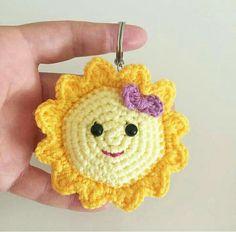 Portachiavi sole 2 Crochet Keychain, Crochet Earrings, Diy Crafts For Kids, Crochet Toys, Free Pattern, Couture, Crochet Patterns, Projects, How To Make