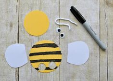 Incredibly Cute Bee Finger Puppets Craft It's clear we have a new favorite kind of craft in our house…finger puppets! Bee Crafts For Kids, Spring Crafts For Kids, Daycare Crafts, Preschool Crafts, Art For Kids, Bee Activities, Felt Animal Patterns, Puppets For Kids, Puppet Crafts