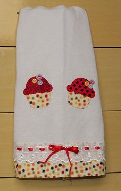 cute cupcake to applique on a quilt, like the buttons Sewing Appliques, Applique Patterns, Applique Designs, Sewing Patterns, Fabric Crafts, Sewing Crafts, Sewing Projects, Dish Towels, Tea Towels