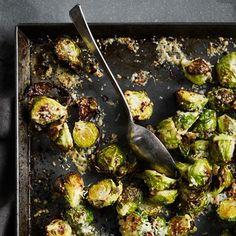 Spruitjes karamelliseren met een parmezaanlaagje.    1 Verwarm de oven voor op 220 ºC en verdeel despruitjes over een grote...