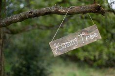 Romantisch: kissing tree, oftewel de kusboom // Fotograaf: Bianca Rijkenbarg // Girls of honour