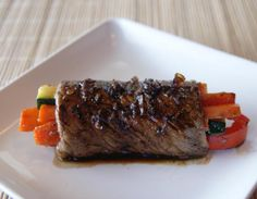 Aprenda a preparar bife à rolê simples com esta excelente e fácil receita. Se você vive procurando receitas de bife precisa conhecer esse filé de carne enrolado com...