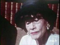 """Coco Chanel 1969 Interview - Part 1/2 Coco Chanel, alors âgée de 86 ans, nous propose un regard très critique sur l'évolution de la société. Elle évoque les femmes en pantalon et celles qui """"montrent leur genou"""", regrette la perte de prestige de Paris, vante les mérites de sa clientèle américaine, fustige le microcosme futile de la mode et dénonce le culte de la jeunesse et les dérives de l'argent roi."""