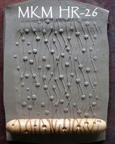 Este rodillo de madera natural de la mano es profundamente esculpido y hace una hermosa huella en barro o arcilla del polímero (o PMC). Es 10cm (4 pulgadas) de largo y 1,5 cm de diámetro (1/2 pulgada más). No es láser tallada: la talla se realiza con un bisel para el diseño de prensa fácilmente y limpiamente de la arcilla. La madera está acabada con aceite teng para crear una herramienta de mano de alta calidad de larga duración. El rodillo puede ser rodado con la mano sobre la superfici...