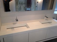 Plan double vasque de salle de bain, avec bonde invisible, en Corian Glacier White, vue 1