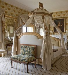 Lit a la polonaise <> (bedroom, boudoir, canopy bed, coronet) Beautiful Bedrooms, Beautiful Interiors, Beautiful Homes, Dream Furniture, Bedroom Furniture, Bedroom Decor, Chateau Hotel, Bed Crown, French Bed