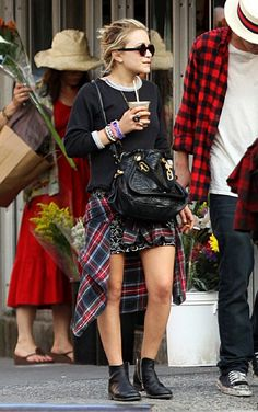 Mary Kate Olsen look Ways To Wear Plaid Shirt Tied At Waist Like Olsen Twins Mary Kate Olsen, Ashley Olsen Style, Olsen Twins Style, Grunge Fashion, Look Fashion, Fall Fashion, Shirt Around Waist, Olsen Fashion, Estilo Grunge