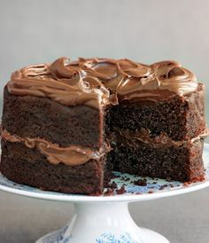 Easiest ever chocolate fudge cake: This recipe is super easy and quick to make so it is perfect for when you need to bake a last minute simple yet decadent cake for a special occasion. Easy Chocolate Fudge Cake, Homemade Chocolate, Chocolate Recipes, Chocolate Chocolate, Mary Berry Chocolate Cake, Chocolate Buttercream, Buttercream Frosting, Easy Cake Recipes, Baking Recipes