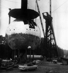 ภาพถ่ายสถานที่ก่อนที่พวกมันจะถูกสร้างจนเสร็จ The Atomium ในกรุงบรัสเซลส์, เบลเยียม