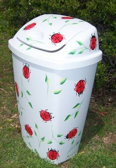Lady bug painted kitchen trash can. I love lady bugs Ladybug Room, Ladybug Nursery, Painted Trash Cans, Painted Mailboxes, Decoupage, Donna Dewberry, Idee Diy, Garbage Can, Trash Bins