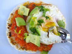Arepa con Huevo Frito, Hogao y Aguacate (Arepa with Egg, Avocado and Creole Sauce)
