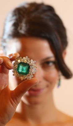 Green A Sotheby's model holds a Bulgari emerald and diamond brooch owned by Gina Lollobrigida Holiday Jewelry, Jewelry Gifts, Jewelry Box, Vintage Jewelry, Fine Jewelry, Antique Jewelry, Jewellery Rings, Jewlery, Sapphire Band