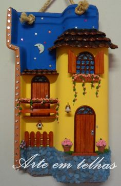telha feita com palitos, biscuit, pedras... Clay Wall Art, Clay Art, 7th Grade Art, Clay Fairy House, Doll House Crafts, Clay Fairies, Garden Deco, House On The Rock, Ceramic Houses