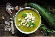 Zupa krem z cukinii z fetą to propozycja dla zabieganych i dbających o linię oraz wszystkich miłośników cukinii! Zupę gotuje się szybko, z kilku składników.