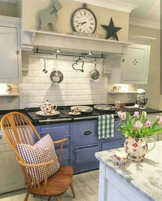 30 Fun and Fresh Decor Ideas to Make Your Kitchen Wall Looks Amazing - homelovers Aga Kitchen, Country Kitchen, Kitchen Dining, Kitchen Decor, Kitchen Cabinets, Kitchen Ideas, Cottage Kitchens, Home Kitchens, Home And Deco