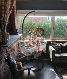 """Priscilla Spruijt on Instagram: """"~macramé wieg~ Nog steeds zo blij met deze macramé wieg! Hij staat geweldig leuk in de huiskamer en Felice ligt er graag in ... Al het werk…"""""""
