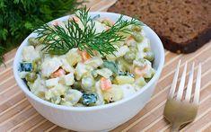 Soğuk sandviçlerin olmazsa olmaz salatası olan Rus salatası et yemeklerinin yanında servis edilebileceği gibi makarna ile harmanlanarak da tüketilebilir.