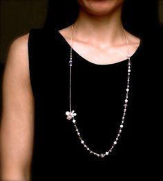 """Lange Kette """"Blossom"""" Eine schöne Kette mit verschiedenen Elementen. Das Zusammenspiel von Perlen, künstlichen Kristallen und dem blumenförmigen Anhänger wirkt erfrischend und lebhaft. Mit Ihrer Länge passt sie z.B. sehr gut zu einem einfarbigen Oberteil."""