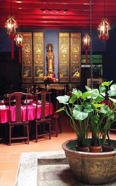 Located inside the traditional outdoor courtyard, the restaurant at 1881 Chong Tian Hotel features gilded Chinese carved panels and precious Peranakan porcelains #Indistay | Penang, Malaysia
