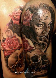 Tatouage d'une santa muerte avec une fleur et une tête de mort