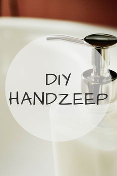 DIY handzeep Diy Cleaning Products, Cleaning Hacks, Hippie Life, Young Living Oils, Natural Solutions, Hacks Diy, Budget, Zero Waste, Soap Making