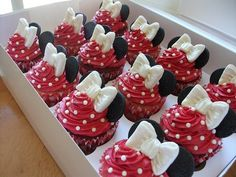 Minnie Mouse red and white Minnie cupcakes. This would be cute to do for Isabella's Cupcakes Disney Cupcakes, Disney Cakes Easy, Mini Mouse Cupcakes, Yummy Cupcakes, Cupcake Cookies, Party Cupcakes, Themed Cupcakes, White Cupcakes, Velvet Cupcakes