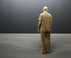 Cultura Inquieta - Peter Demetz talla a mano figuras de madera que parecen estar…