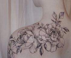 tatouage rose femme-tatouage-imposant-graphique-épaule-dos