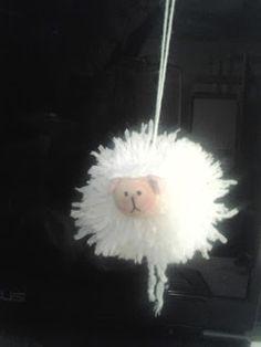 Pecorella ponpon per decorare l'albero