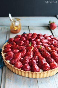 TARTĂ CU CĂPȘUNI ȘI CREMĂ DE VANILIE | Rețetă Video Baking Recipes, Cake Recipes, Dessert Recipes, Good Food, Yummy Food, Fruit Tart, Something Sweet, No Bake Cake, Sweet Tooth