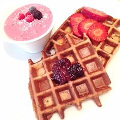Ingredientes (2 waffles): 1 banana 1 ovo 2 colheres de sopa de flocos de aveia 1 colher de sobremesa de canela (opcional) Preparação: Coloque todos os ingredientes no liquidificador Depois de obter uma mistura homogénea coloque na máquina de waffles e está feito Muito rápido de fazer e uma ótima opção para pequeno-almoço ou lanches....
