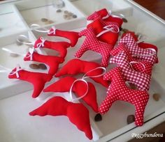 ...další červené ozdůbky... Merry Christmas, Christmas Gifts, Christmas Ornaments, Party Time, December, Make It Yourself, Sewing, Winter, Xmas