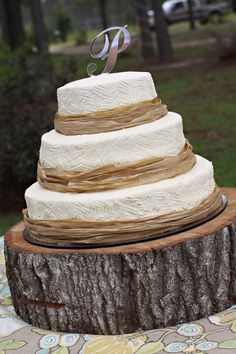 BridesView :Cake with brown raffia ribbons