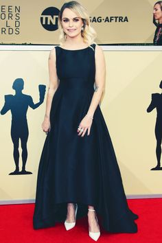 Elle ne savait pas qu'elle portait une robe de soirée de $200 à la SAG Awards One Shoulder, Glamour, Formal Dresses, Fashion, Red Carpet, Evening Dresses, Dress Ideas, Fashion Ideas, Moda