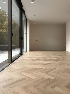 Beautiful light oak parquet floor in a large fish grass # oak park . Oak Parquet Flooring, Wooden Flooring, Home Design Decor, Home Interior Design, Interior Architecture, Planchers En Chevrons, Herringbone Wood Floor, Light Oak, Floor Design