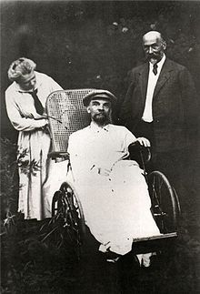 dit is een foto vlak voordat hij overleed. links zijn zus Maria en rechts een arts.