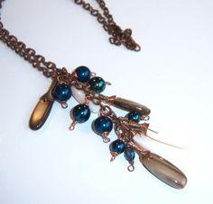 Collier en nacre et perles en cristal bleu pétrole : Collier par adrimag