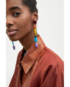 PENDIENTES MADERA COLORES Jewelry Model, Photo Jewelry, Clay Jewelry, Wood Earrings, Women's Earrings, Zara Models, Fashion Earrings, Fashion Jewelry, Cool Girl Style