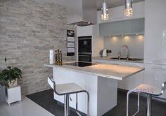 Studio Pinio OTWARTA KUCHNIA  Połączenie kuchni z salonem poprzez zastosowanie niedużego elementu wyspy.