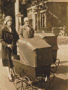 Vanmiddag kreeg ik een handvol oude foto's van Harrie Kuipers, nu wonend in Zuidhorn, maar opgegroeid in Noordhorn. Samen met zijn vrouw Anneke van der Leij en de kinderen Albert en Bauktje heeft H...