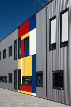 Design resulting from Doesburg's De Stijl work Piet Mondrian, Bauhaus, Geometric Curtains, Colour Architecture, Birdhouse Designs, Principles Of Art, Interesting Buildings, Building Exterior, Building Structure