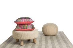 We love naturel! Dit prachtige vloerkleed Moon is gemaakt van 100% wol en voelt heerlijk zacht aan je voeten! Door de modieuze beige kleur past dit vloerkleed goed in het interieur van een liefhebber van natuurlijke kleuren en materialen.