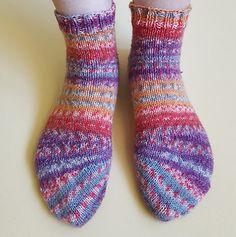 These Tipsy Toe Socks from Knitting and so on are a fun variation on a basic sock. The toes are worked with short rows in wedges that give the toe that slanted look. This looks like a really fun te… Knitting Designs, Knitting Patterns Free, Free Knitting, Knitting Projects, Knit Patterns, Crochet Projects, Craft Projects, Craft Ideas, Knitting Socks