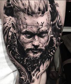 Entre no universo da série Vikings com estas incríveis tatuagens de Ragnar Lothbrok mostrando toda a força do lendário líder escandinavo.