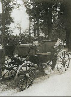 """La Voiture dans le Paris d'antan par Eugène Atget - Une voiture """"Victoria"""", en 1910."""
