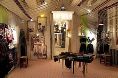 Desigual conceptstore in Barcelona: no salespersonale but personal shoppers, no direct sale but webshopping...!