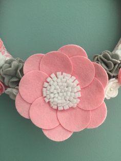 Guirnalda de flores de fieltro hechas a mano