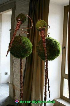 This says: Vogels op stok van piepschuimbol met mos en aluminiumdraad. Deco Floral, Floral Design, Art Floral, Summer Decoration, Deco Nature, Nature Crafts, Garden Crafts, Ikebana, Yard Art