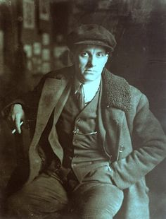 Vladimir Mayakovsky, mid - Russian poet, playwright, artist, and actor. Russian Poets, Russian Art, Aleksandr Rodchenko, Vladimir Mayakovsky, Ville New York, Russian Avant Garde, Victorian Men, Russian Literature, Retro Mode